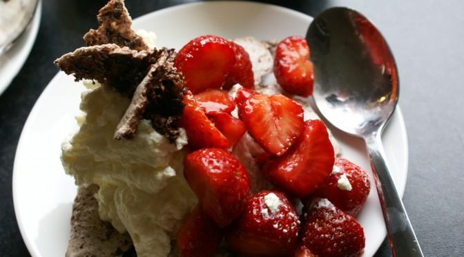 Sjokolademarengs med jordbær og markjordbær