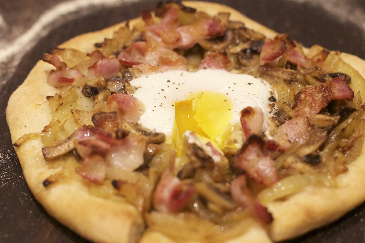 Smilende egg på pizza