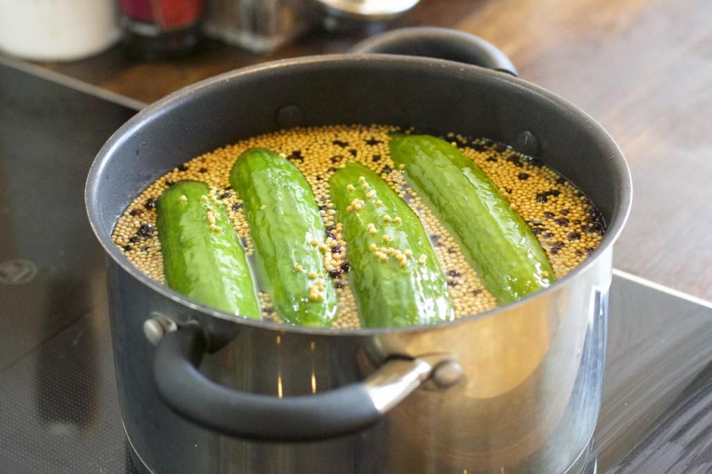 Kok opp laken, slipp agurkene i og sett til sides.