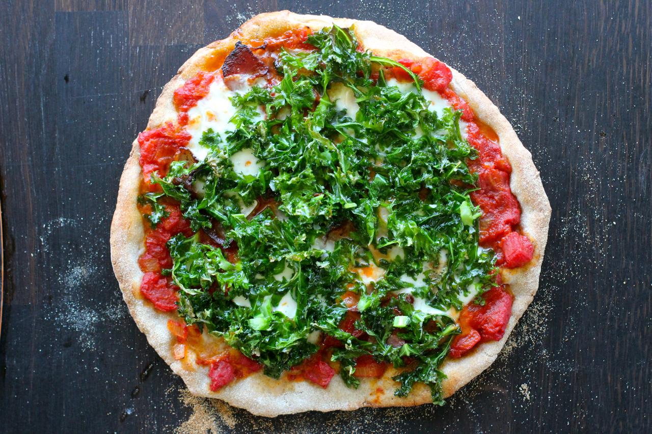 Pizza med grønnkål og bacon