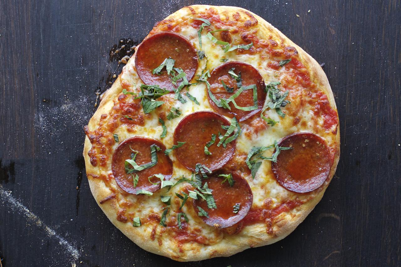 Pizza med spekepølse