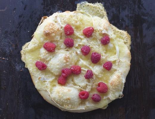 Pizza med brie, honning og bringebær
