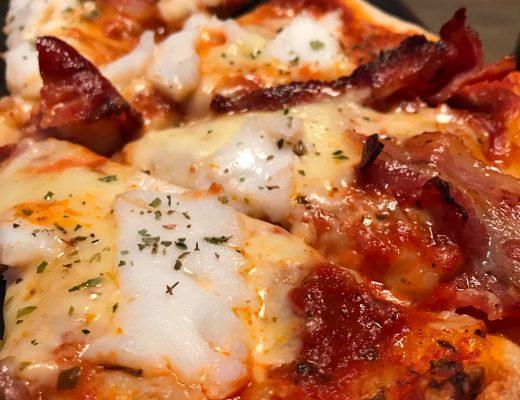 Pizza med skrei og bacon