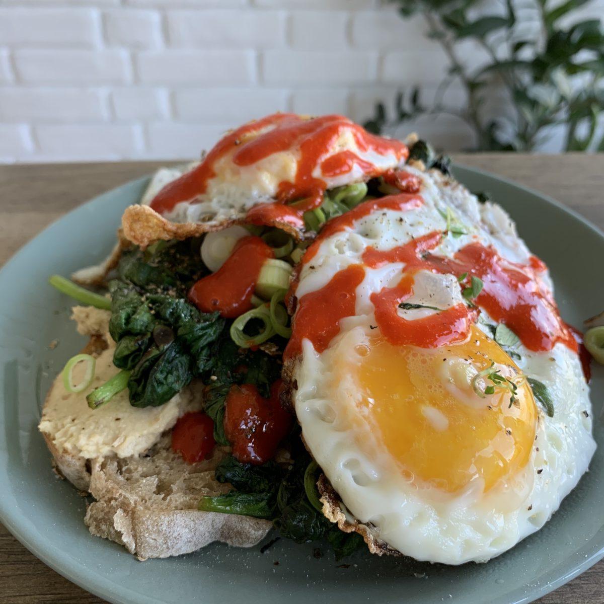 Egg og hjemmelaget chilisaus